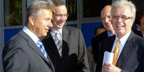 Die DGB-Industrietour während des Berliner Wahlkampfs 2006 kann beginnen, der Regierende Bürgermeister Klaus Wowereit (SPD), Wirtschaftssenator Harald Wolf (Linkspartei), Klaus Abel, 2. Bevollmächtigter der Berliner IG Metall sowie der damalige DGB-Vorsitzende Dieter Scholz.