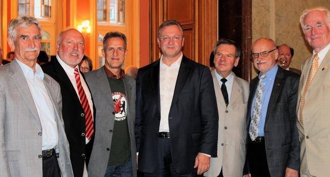 """Regierender Bürgermeister lädt zum Empfang  Dieser Empfang, jeweils am letzten Freitag vor dem 1. Mai stattfindend, hatte schon eine Tradition, die nach einer mehrjährigen Auszeit im vergangenen Jahr wieder aufgenommen worden ist.   Im politischen Teil seiner Rede betonte er, Deutschland sei glimpflich an der Krise vorbei gekommen. Im Land Berlin sei die Arbeitslosenrate auf 13 Prozent gesunken; gleichwohl ginge die (soziale) Schere weiter auseinander. Man habe versucht, einen gesetzlichen Mindestlohn von 7,50 - 8,50 Euro durchzusetzen, konnte sich jedoch in den Koalitionsverhandlungen gegenüber der CDU mit diesem Ziel nicht durchsetzen. Es bleibe aber dabei:""""Wir wollen einen einheitlichen gesetzlichen Mindestlohn für Alle.""""   Zu den angemeldeten links-alternativen Demonstrationen um den 1. Mai drückte er sein Unverständnis aus. Es könne schließlich nicht sein, dass die Chaoten in diesem Jahr das Chaos aus Kreuzberg heraus und beispielsweise zum Wedding tragen.   Hinsichtlich der zu erwartenden Demonstrationen der rechtsradikalen Szene zum 1.Mai sagte Wowereit, den Neonazis gehört der 1. Mai nicht und bedankte sich bei den Gewerkschaften für deren Widerstand gegen die Neonazis. Es bleibe die Notwendigkeit eines Verbots der NPD bestehen.  Abschließend drückte er seine Hoffnung auf eine machtvolle Demonstration der Gewerkschaften zum 1. Mai aus.   Christian Hoßbach nahm anschließend das Wort in Vertretung von Doro Zinke, der Vorsitzenden des DGB - Bezirks Berlin-Brandenburg.   Er warnte vor den Nazis, die nicht nur am 1. Mai, aber an diesem Tag ganz explizit zurück zu drängen seien.  Der DGB-Bezirk habe die Koalitionsvereinbarung als gute Grundlage für weitere Gespräche bezeichnet. Das Vergabegesetz wird vom DGB positiv gewürdigt wie auch die Absicht, hier 8,50 Euro als untere Entgeltgrenze durchzusetzen.  Innerhalb der DGB-Gewerkschaften ist ein gemeinsames Auftreten zu erreichen. Wir aus dem Landesseniorenarbeitskreis werden dazu beitragen  Winfried Berlin-Brandenbu"""