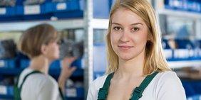 Junge Arbeiterin in einer Fabrik
