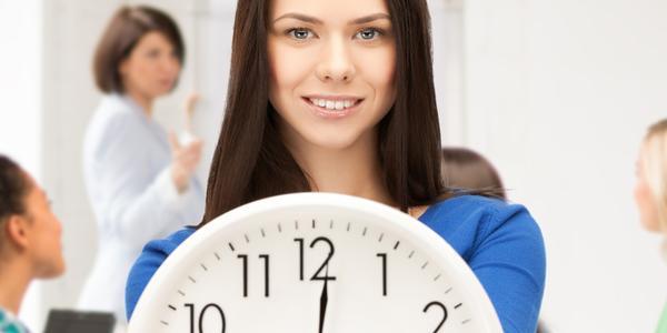Frau mit Uhr / Arbeitszeit