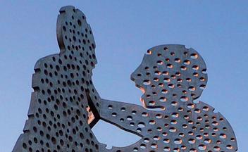 Molecule men, Monumentalkunstwerk in Berlin Treptow