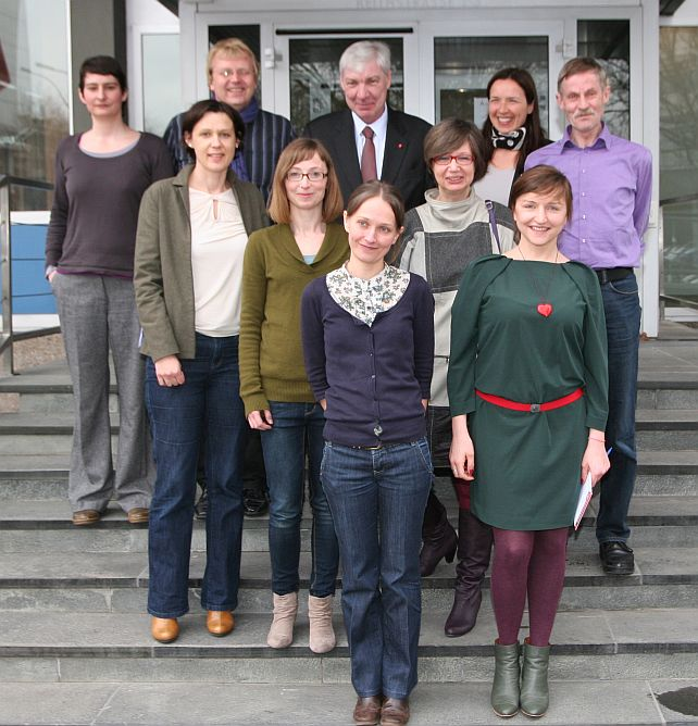 Michael Sommer und Doro Zinke nach dem Besuch des Beratungsbüros für entsandte Beschäftigte mit den Beraterinnen vor dem DGB-Haus in der Keithstraße.