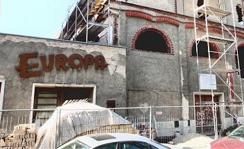 brachliegende Baustelle eines sanierungsbedürftigen Kinos. Über der Eingangstür der Schriftzug Europa in ausgeblichenem Rot