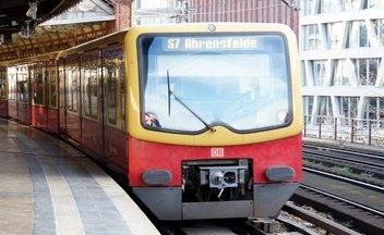 S-Bahn fährt in Bahnhof ein