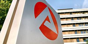 Logo der Agentur für Arbeit vor Hochhaus der Zentrale der Bundesagentur für Arbeit in Nürnberg