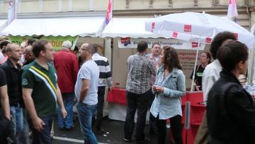 Der ver.di-Stand mit Publikum beim Straßenfest.