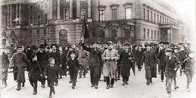 Novemberrevoluton Berlin 1918: Demonstrationen am 9.11. in Berlin, Unter den Linden, in Höhe der Universität