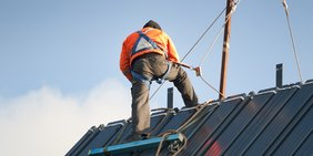 Dachdecker arbeitet auf dem Dach