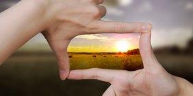 Hände Formen besseres Bild mit Sonnenaufgang aus unscharf gestellter Landschaft Kommission Wachstum, Strukturwandel und Beschäftigung Kohlekommission Kohle-Kommission Strukturkommission Wachstum Strukturwandel Beschäftigung Energiewende Erneuerbare Energien Alternative Energien Beschäftigungssicherung Energiesektor Arbeitsplatzerhalt Kohleabbau Infrastruktur