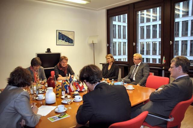 Doro Zinke (2.v.l) und Annelie Buntenbach (daneben) diskutieren mit EU-Kommissar Andor (rechts im Bild)  über Saisonarbeiter.