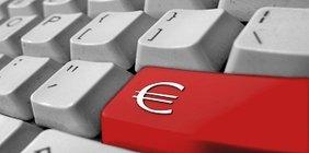 """Eine Computertastatur mit roter """"Return""""-Taste, die ein Euro-Symbol trägt"""