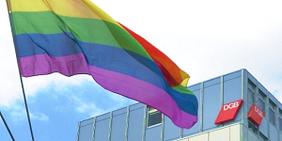 Regenbogen-Fahne weht über dem DGB-Haus Keithstraße