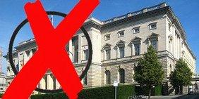 """Ein  großes rotes """"Wahlkreuz"""" vor dem Berliner Abgeordnetenhaus"""