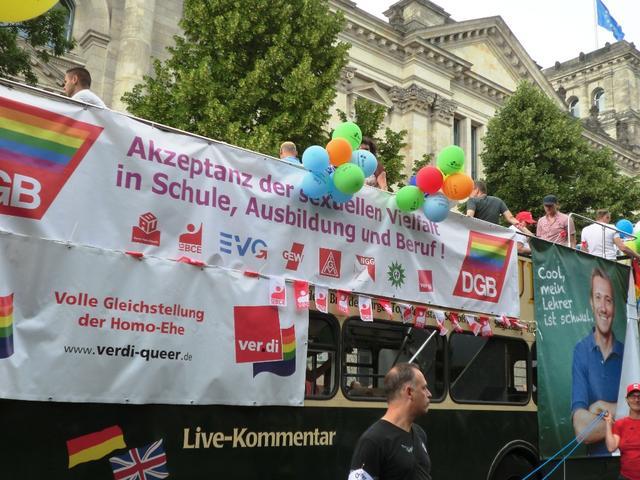 Der DGB-Wagen vor dem Reichstagsgebäude.