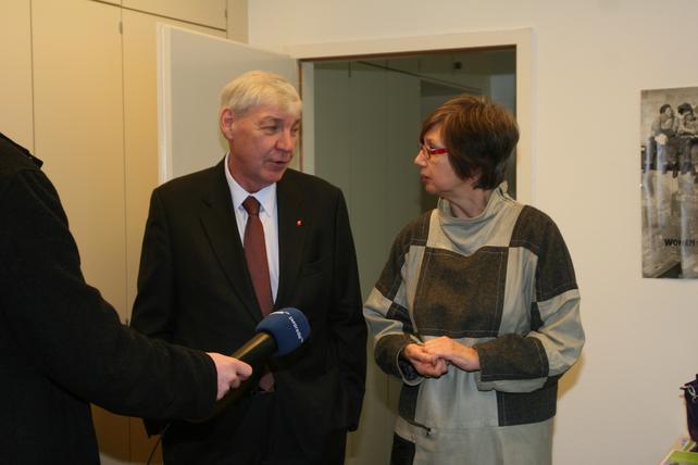 Der DGB-Vorsitzende Michael Sommer und die Vorsitzende des DGB-Bezirks Berlin-Brandenburg, Doro Zinke, im Beratungsbüro für entsandte Beschäftigte.