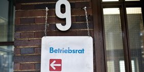 Schild Betriebsrat vor Hausnummer 9