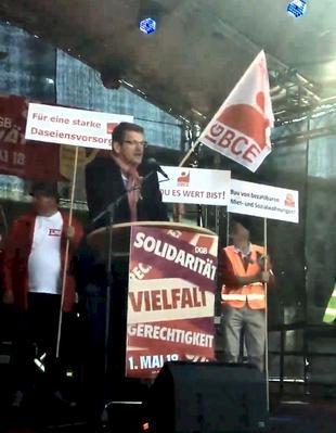 Christian Hoßbach, Vorsitzender des DGB Berlin-Brandenburg, spricht auf der Kundgebung zum 1. Mai 2018 in Berlin