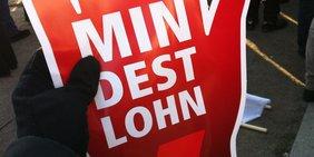 Handschuh hält Mindestlohn Winkehand bei Demo