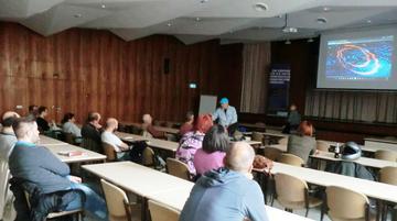Der Saal des DGB-Hauses mit Publikum vor der Filmvorführung.